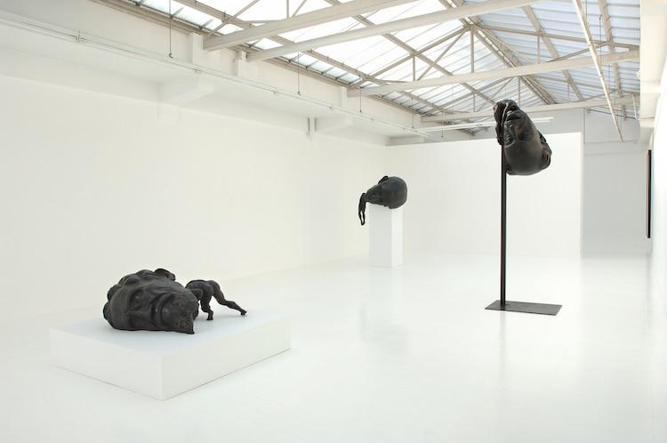 escultura de bronce con cabeza enorme de Thomas Lerooy