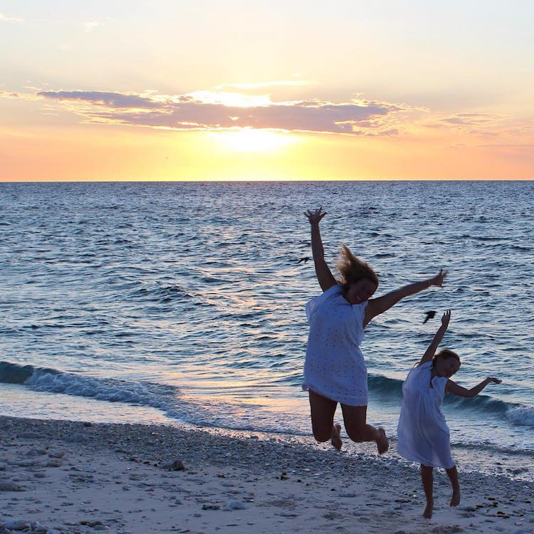 mumpack travel mom quits job to see the world with her 5-year-old daughter