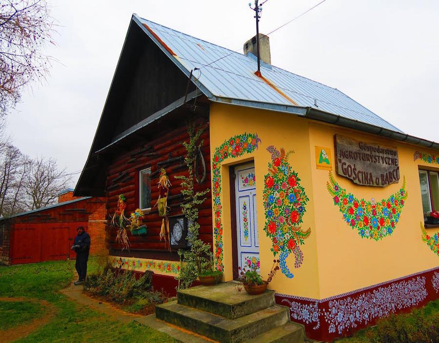 Zalipie a painted village in poland covered in floral for Poolrand gestalten