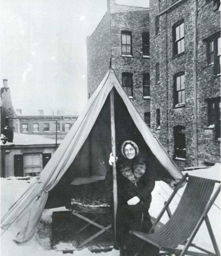 Foto de una mujer en el techo de Jacob Riis