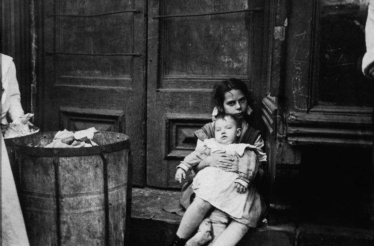 Foto de una niña y un bebé de Jacob Riis