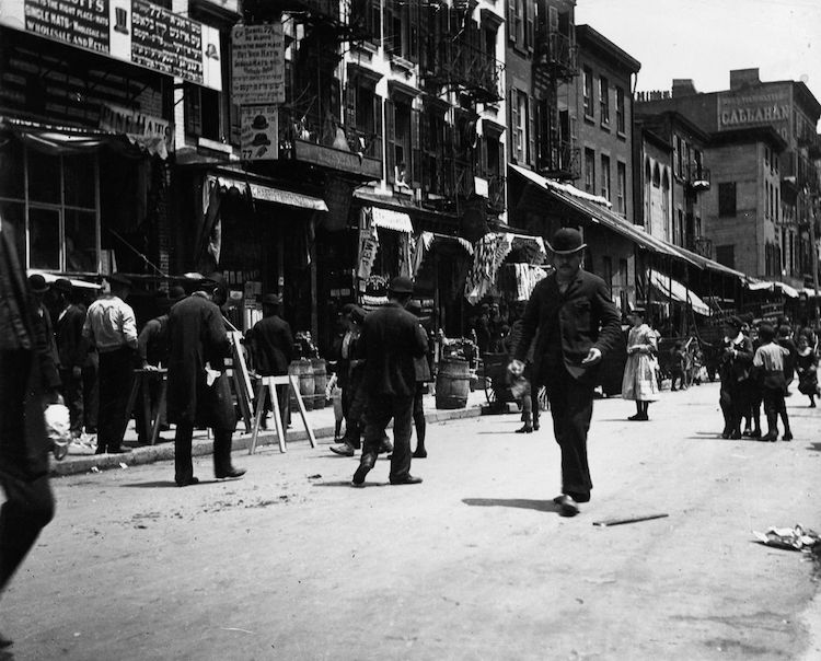 Foto de una calle con gente de Jacob Riis
