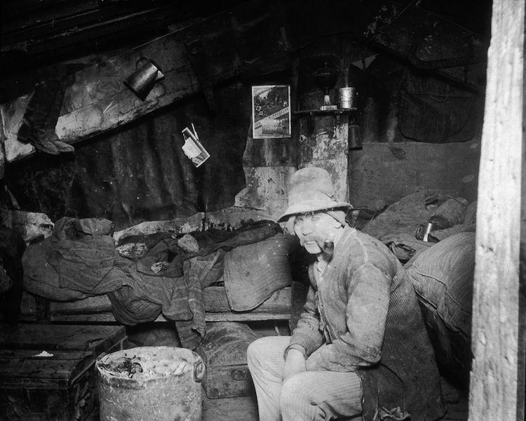 Foto de un hombre en un basurero de Jacob Riis