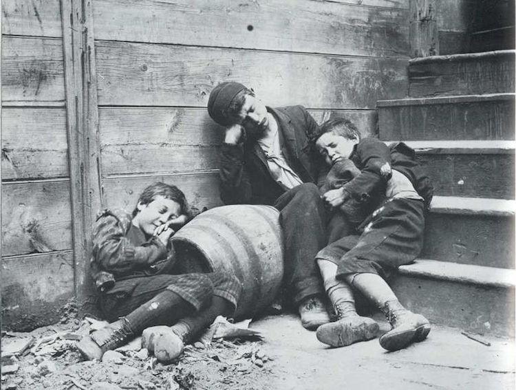 Foto de niños durmiendo en la calle de Jacob Riis