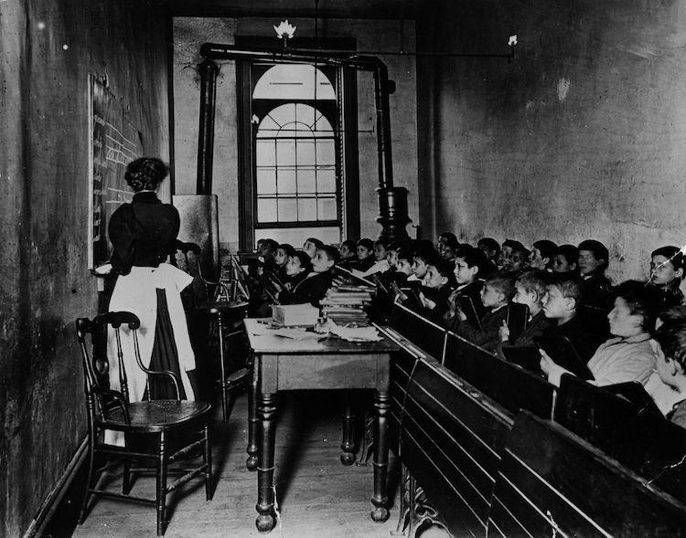 Foto de niños en un salón de clases por Jacob Riis
