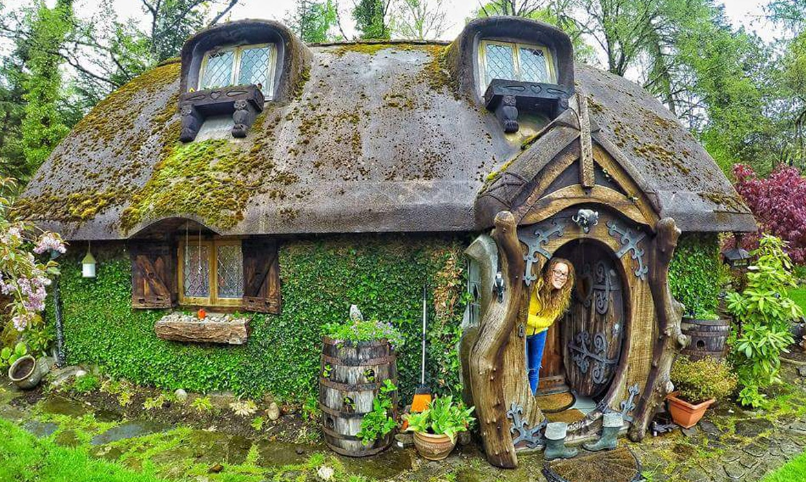Real life hobbit house imagines the fantastical book into a cozy home - Cabane de jardin igloo ...