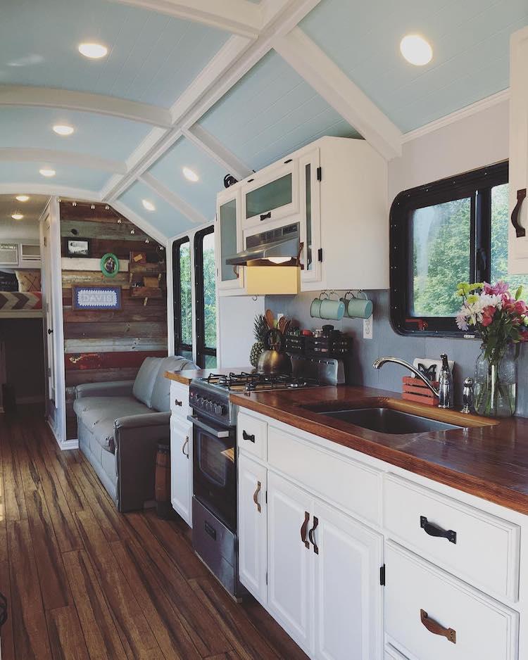 autobús escolar transformado en casa