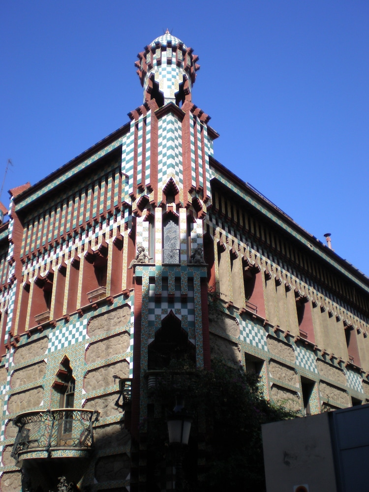 Gaudi architecture exploring iconic modernisme works by for Architecture gaudi