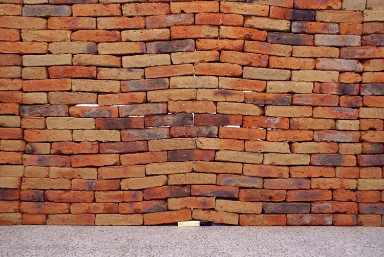 Instalación de arte con muro de ladrillos por Jorge Méndez Blake