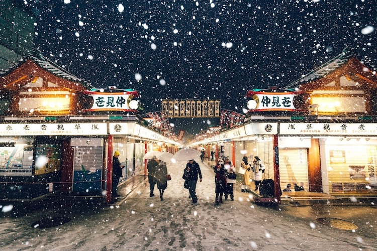 beautiful photographs of tokyo blanketed in snow. Black Bedroom Furniture Sets. Home Design Ideas