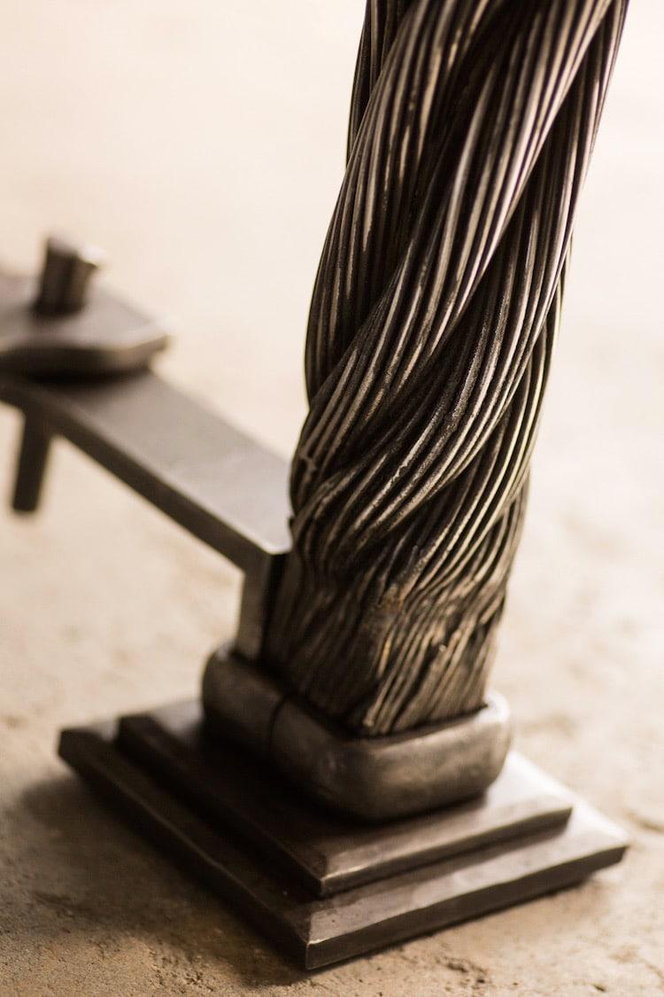 mesa artesanal hecha con los cables del puente golden gate