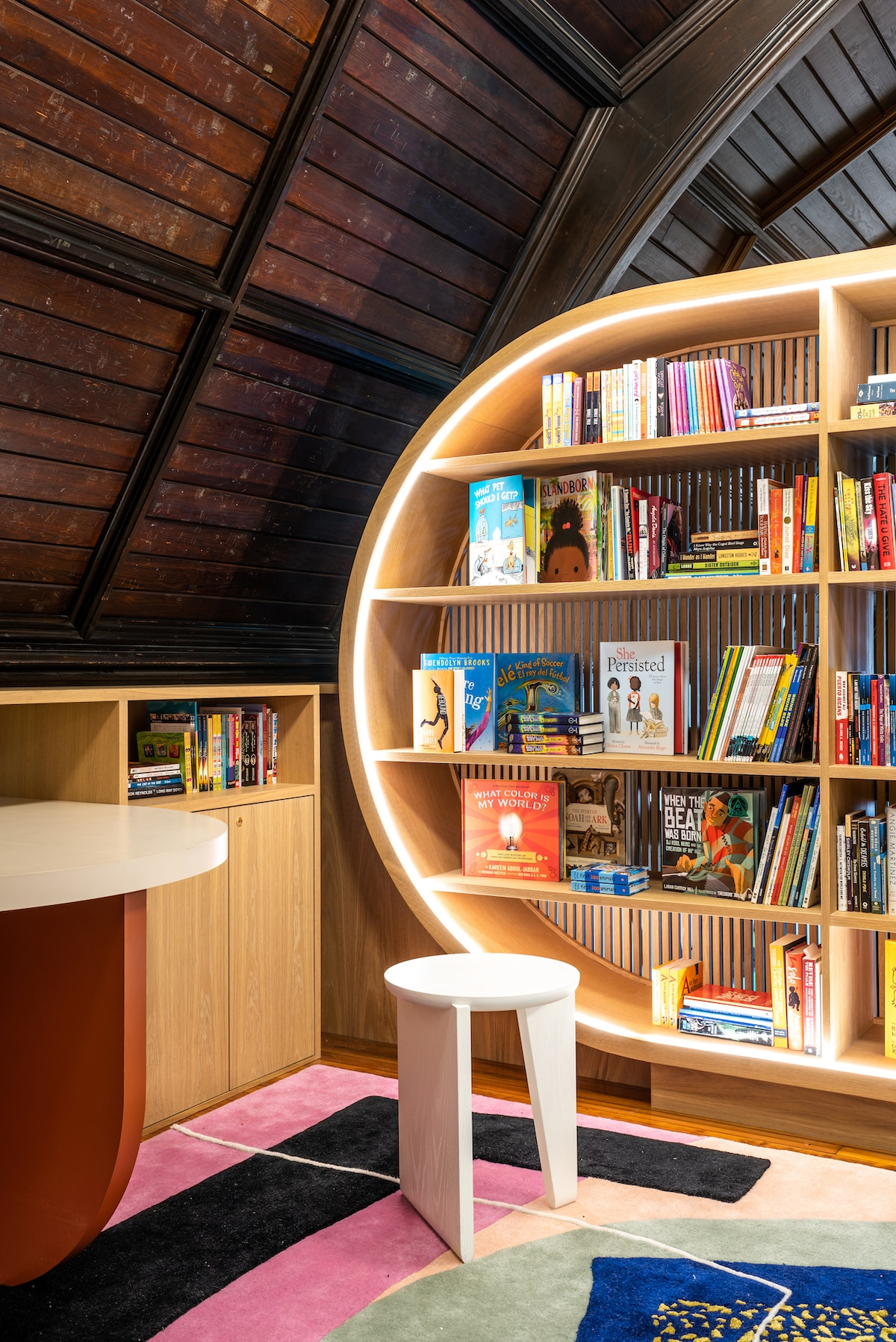 Interior de biblioteca por MKCA