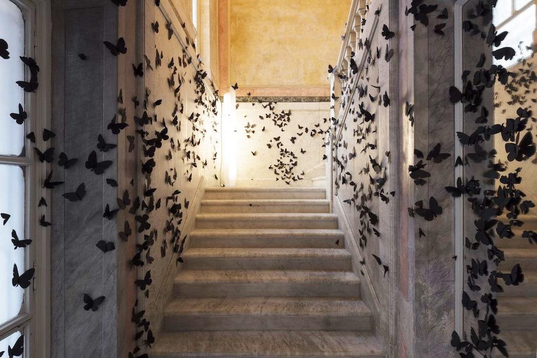 Instalación de mariposas negras