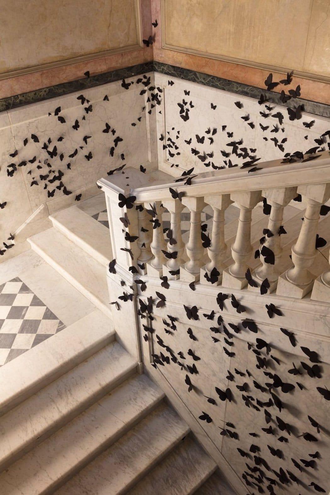 Instalación de mariposas de papel