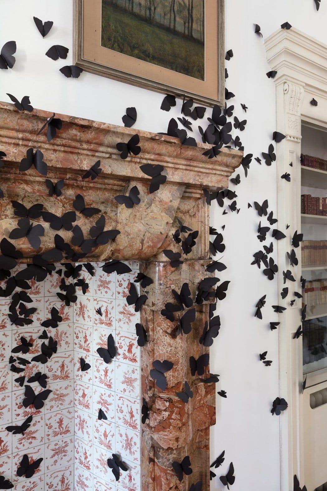 Intalación de mariposas de papel