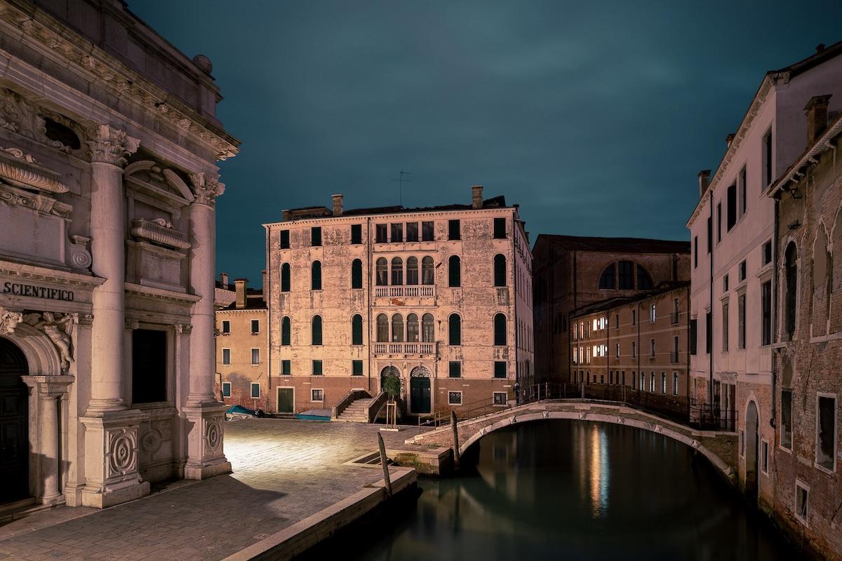 canales de Venecia de noche por Thibaud Poirier