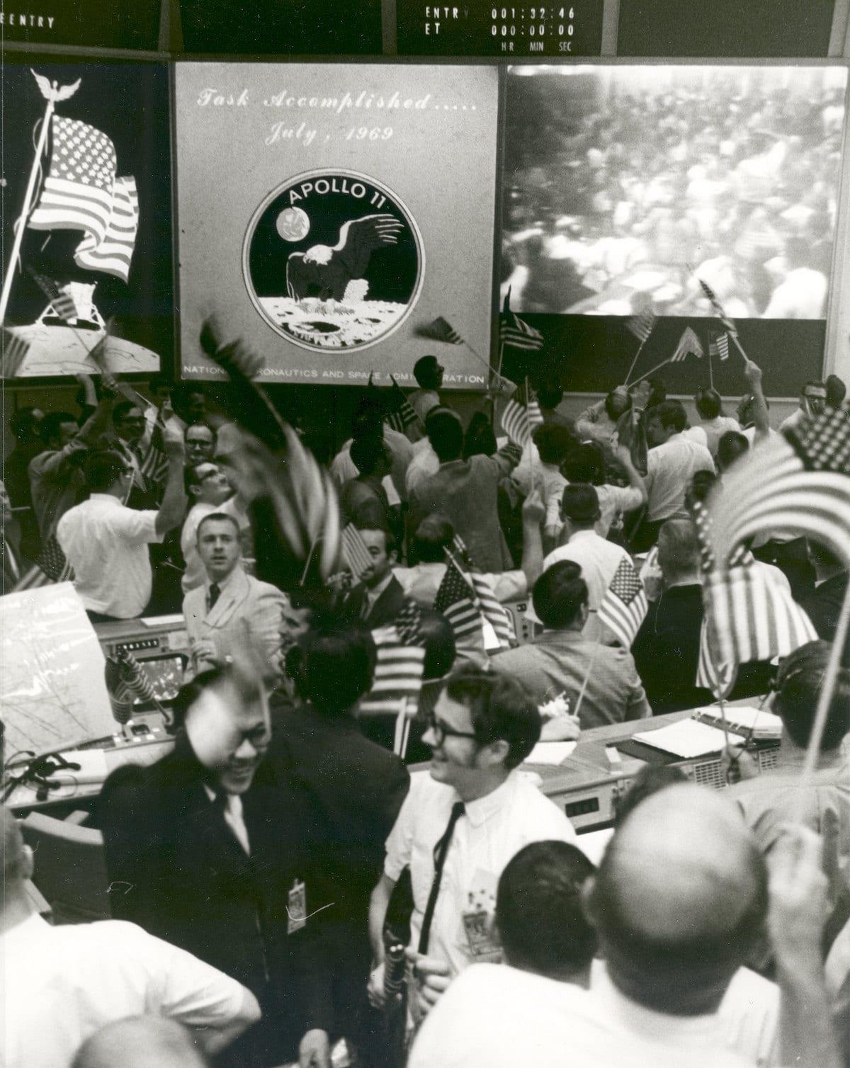 Centro de control celebra el fin de la misión Apolo 11