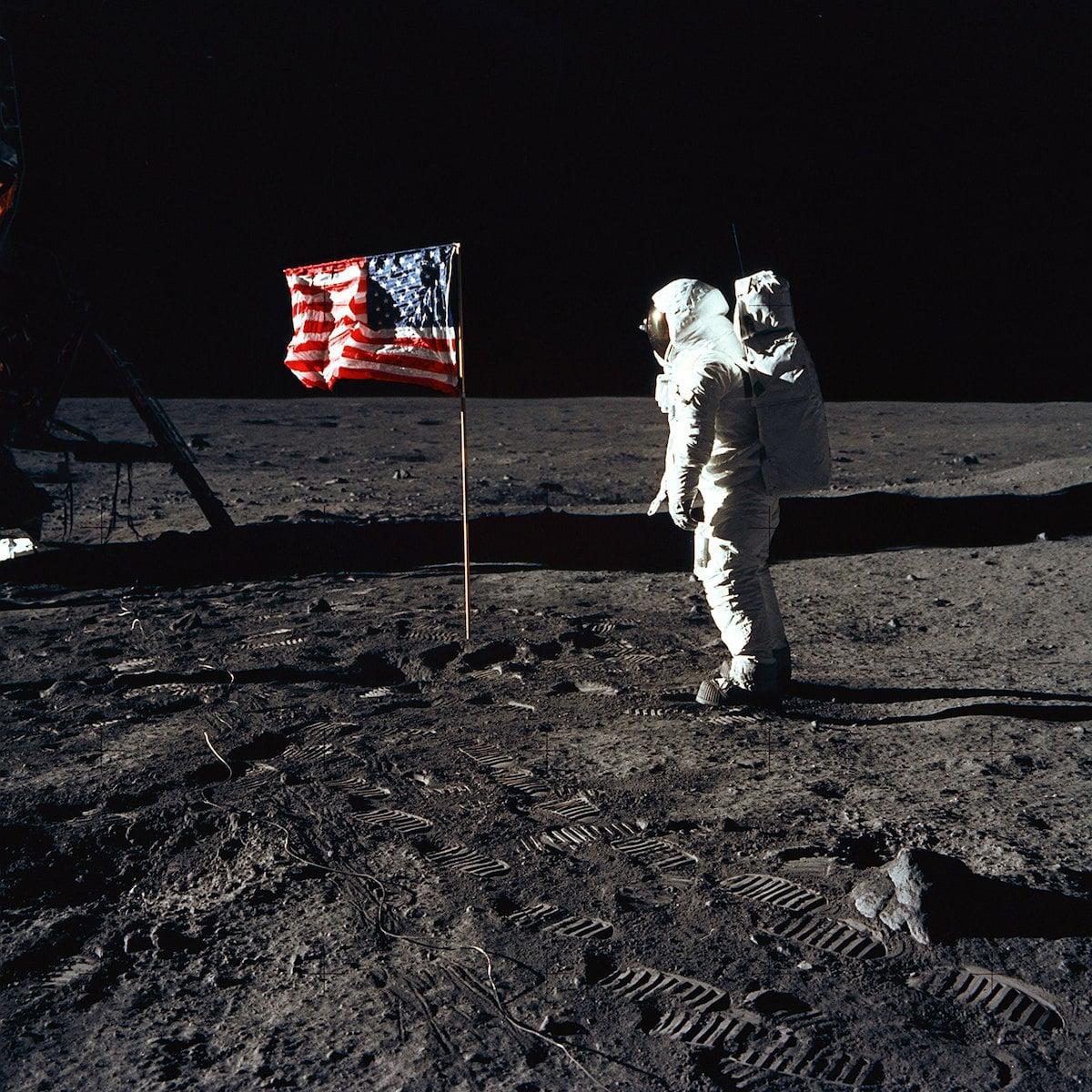 Buzz Aldrin y la bandera de Estados Unidos en la Luna