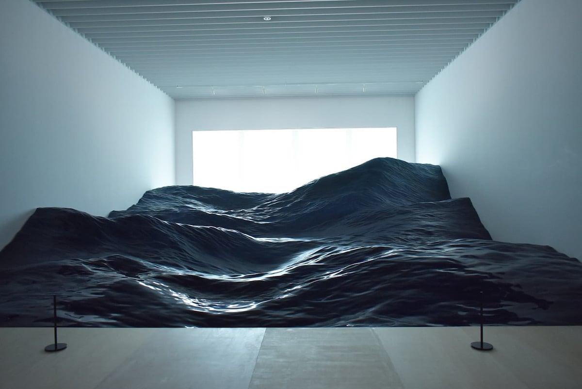 Instalación de olas del mar por Mé en el Museo de Arte Mori