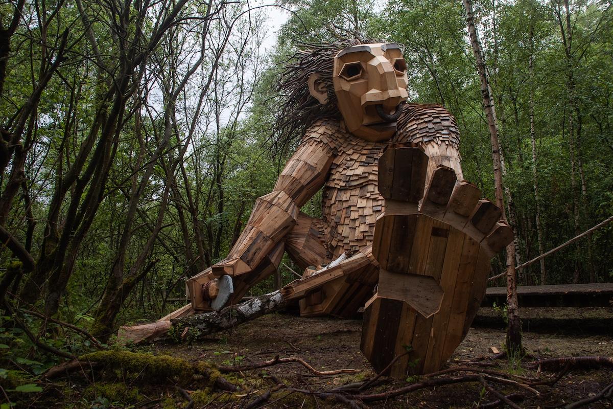 esculturas al aire libre por Thomas Dambo