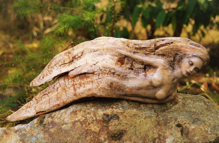 Esculturas en madera de deriva por Debra Bernier