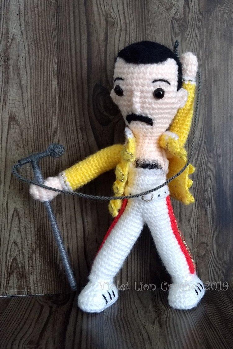 Muñeco de Freddie Mercury tejido