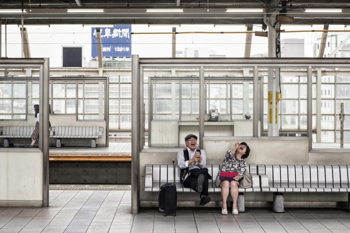 Pareja riendo en una estación de trenes