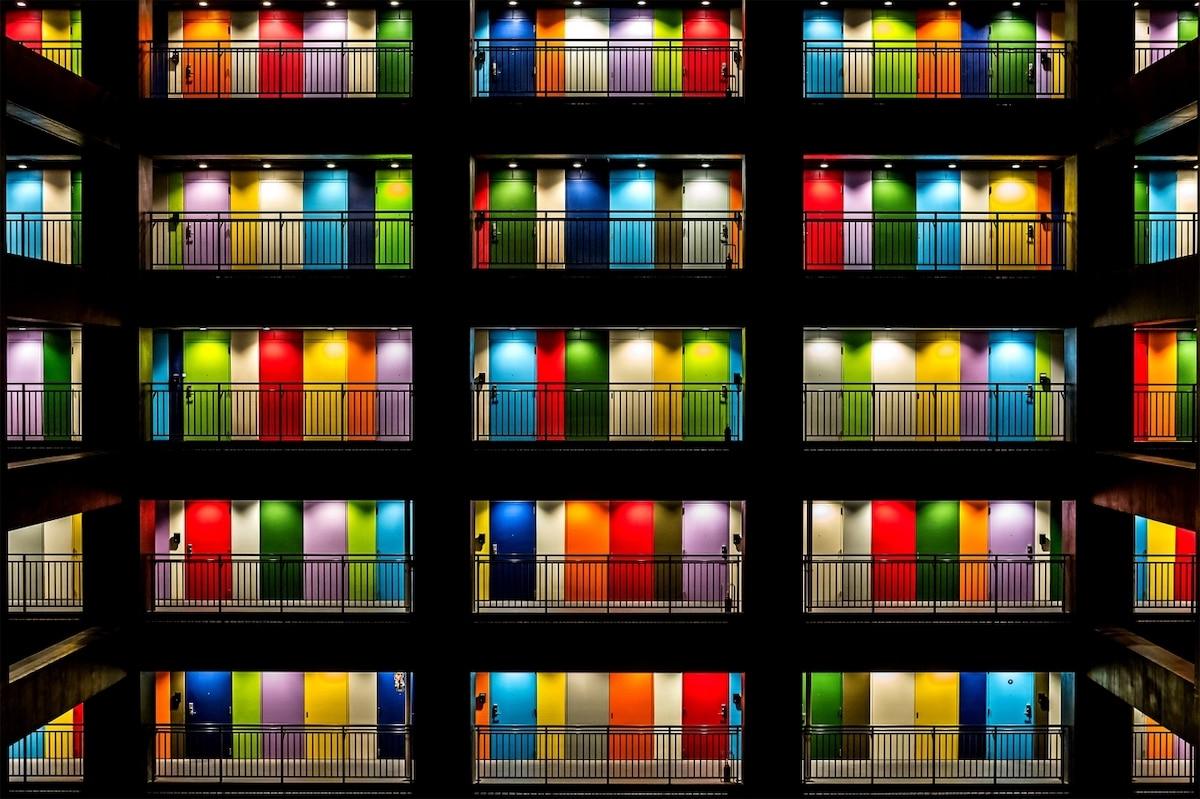 Puertas coloridas de un edificio