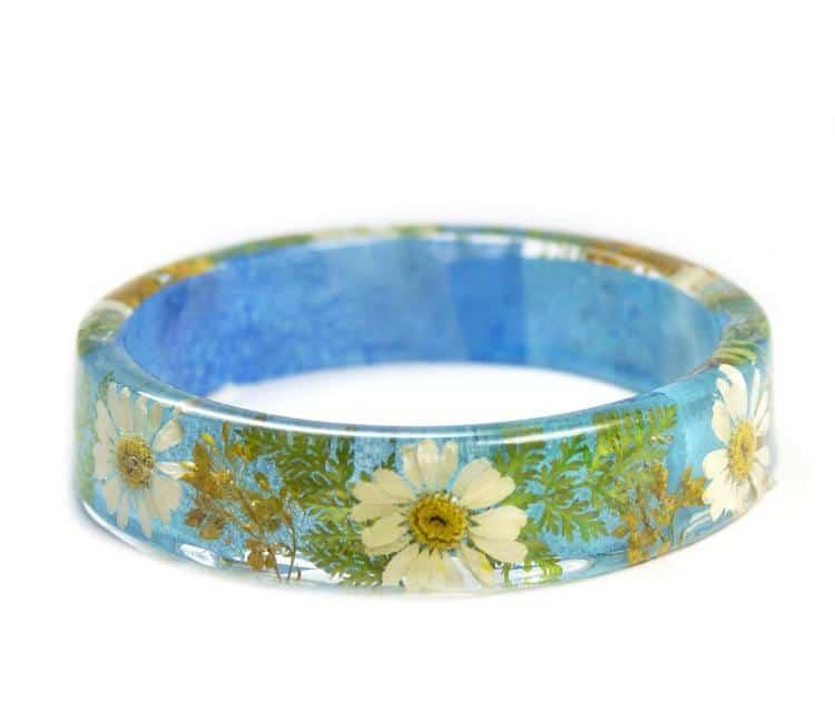 Brazalete de resina con flores secas