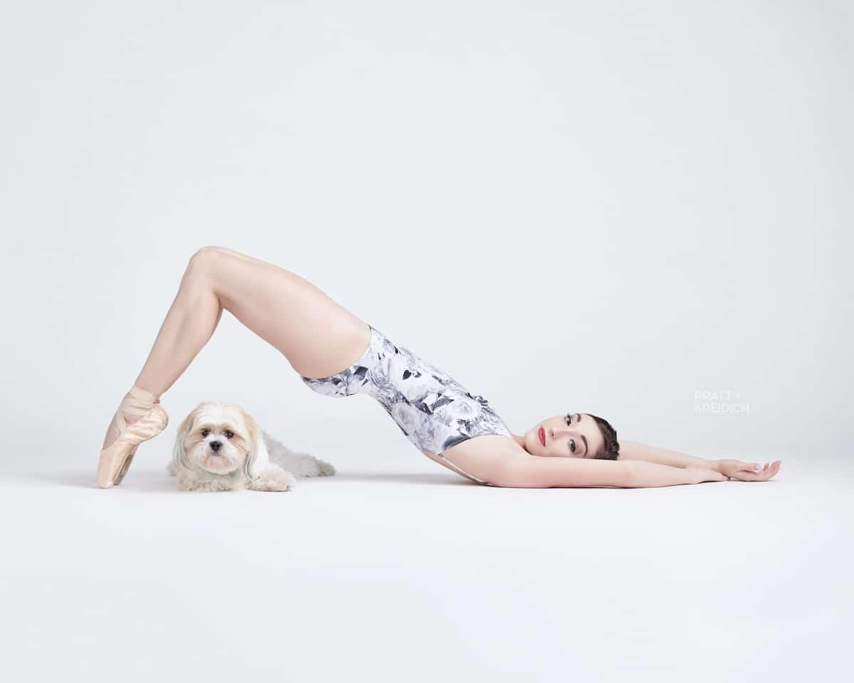 Bailarina de ballet y perro