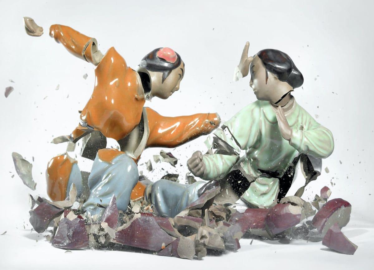 Figuras de porcelana rompiéndose