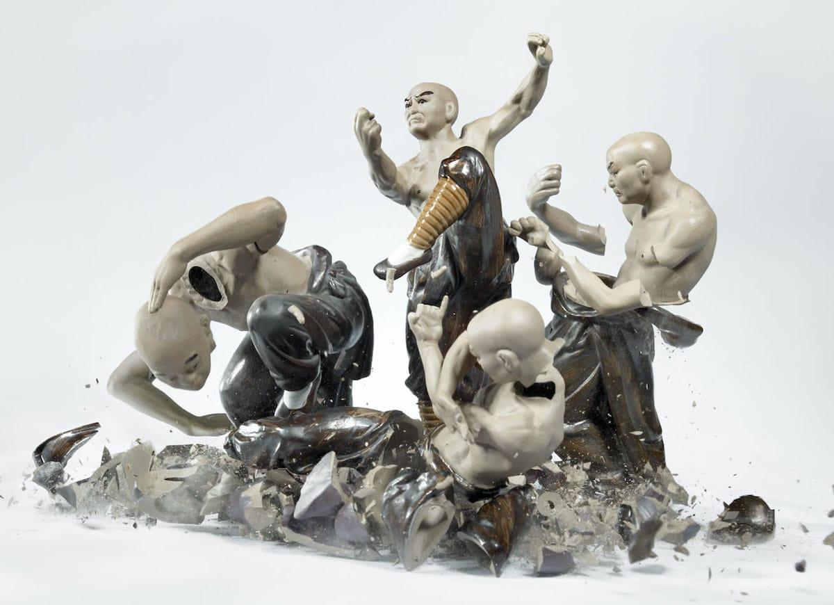 Fotografías de alta velocidad de figuras de porcelana rotas