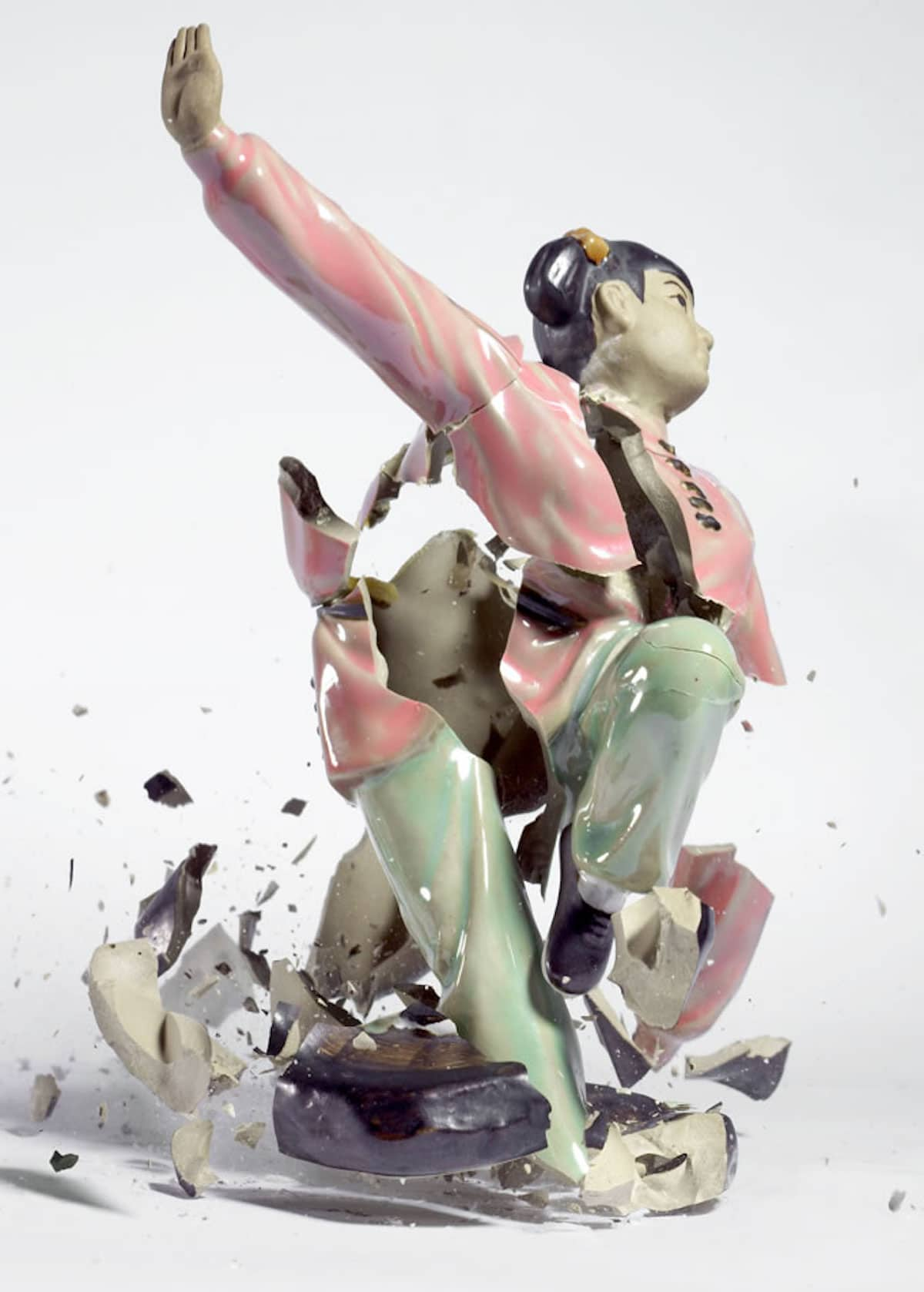 Fotografías de alta velocidad de figuras de porcelana rotas por Martin Klimas