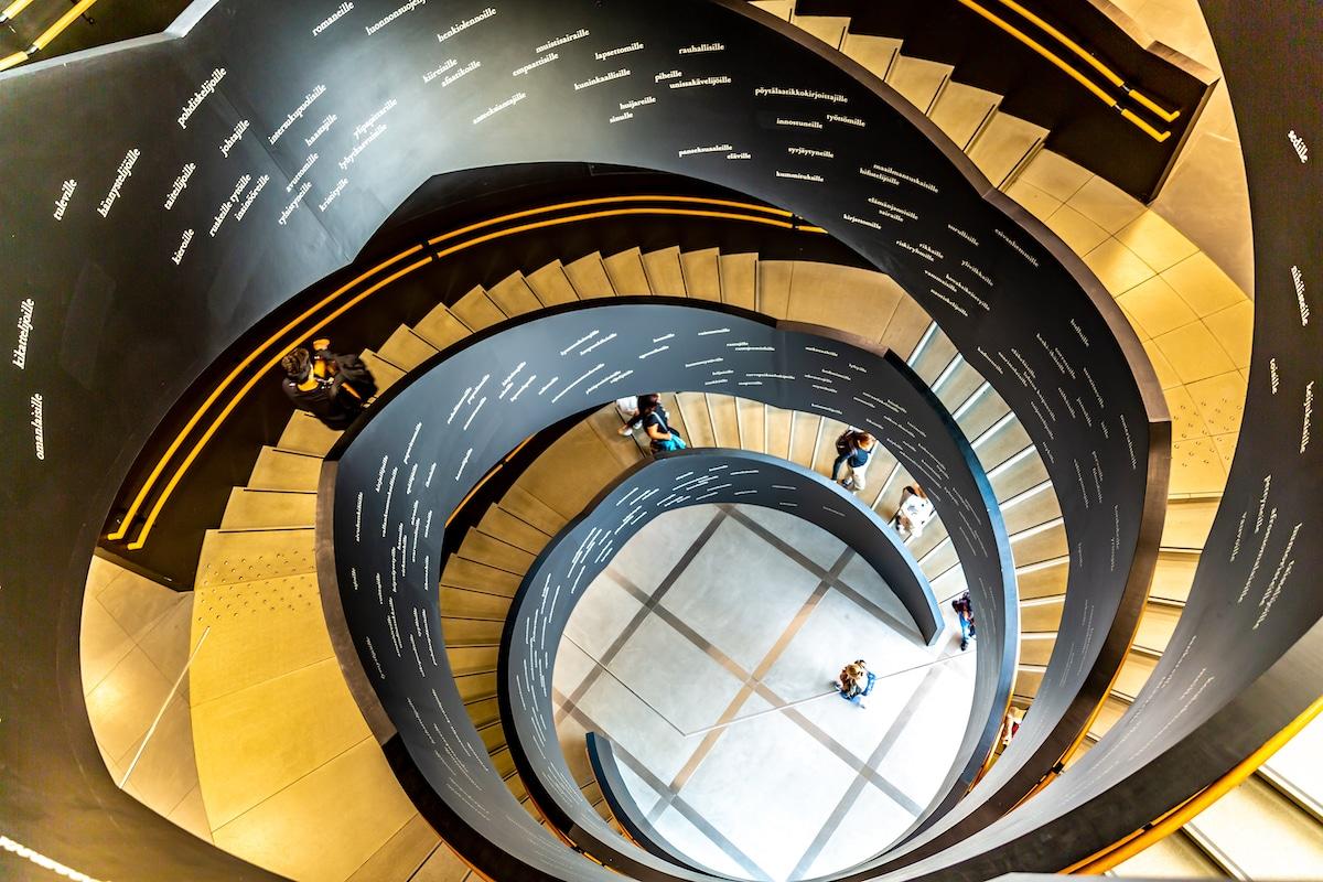 escalera biblioteca Oodi Helsinki Finlandia