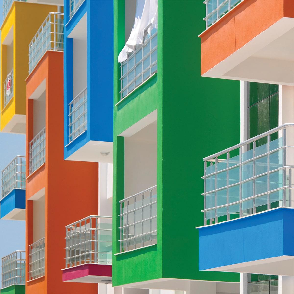 Edificio con ventanas coloridas