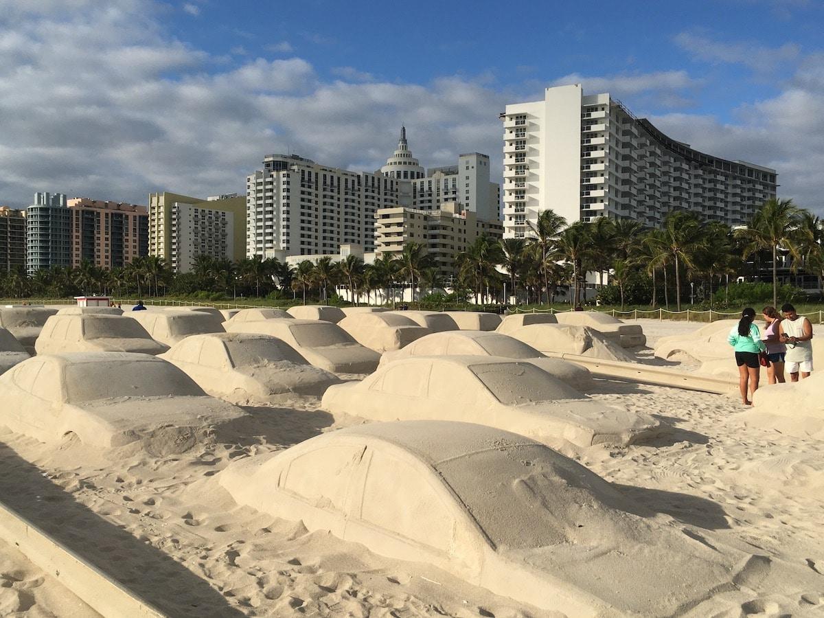 Escultura de arena sobre el cambio climático por Leandro Erlich