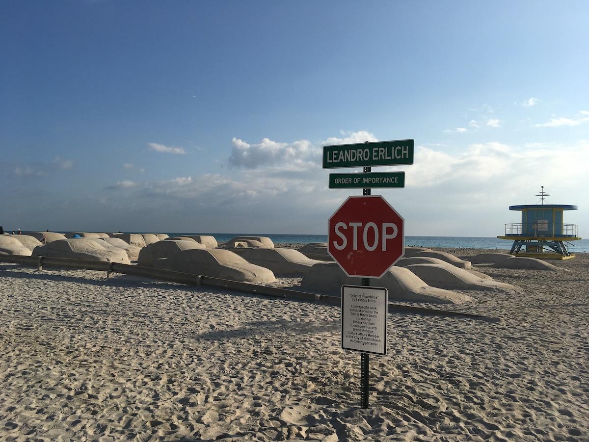 Esculturas de arena sobre el cambio climático por Leandro Erlich