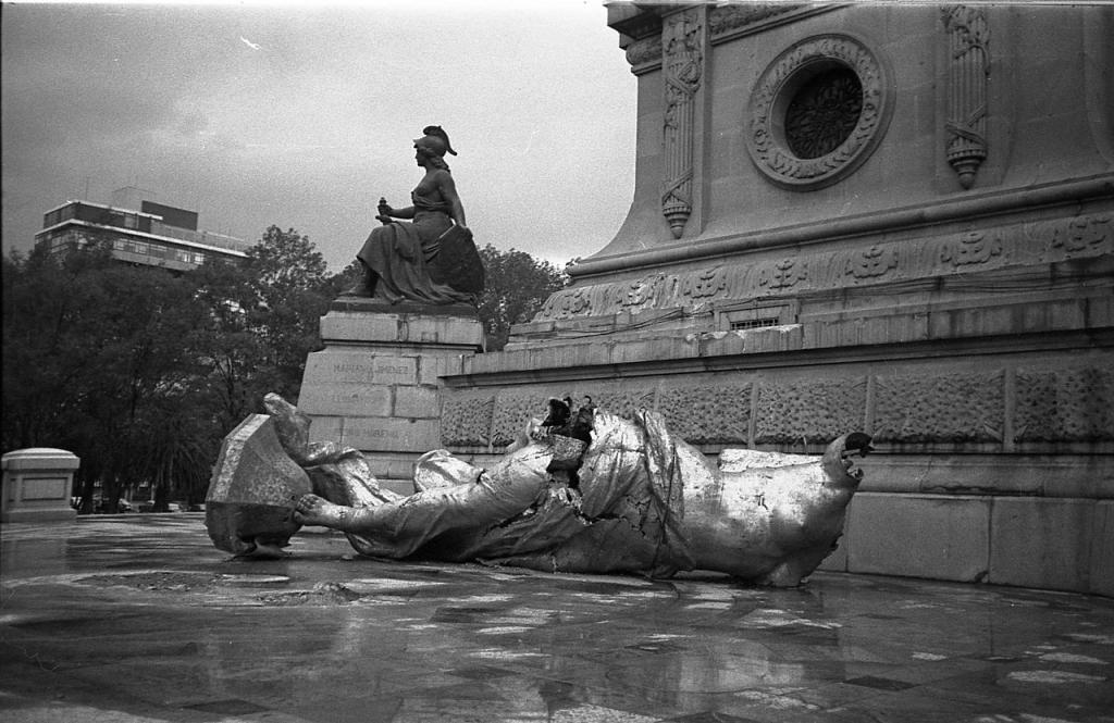 Escultura del Ángel de la Independencia caída después de un sismo