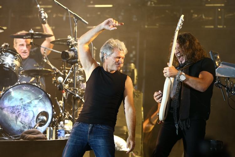 Hombre canta 'Livin' on a Prayer' de Bon Jovi en un parque