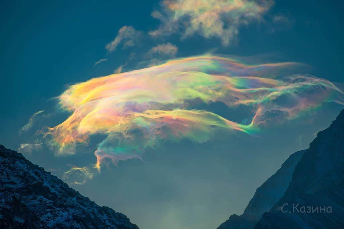 nubes iridiscentes en el monte beluja de siberia