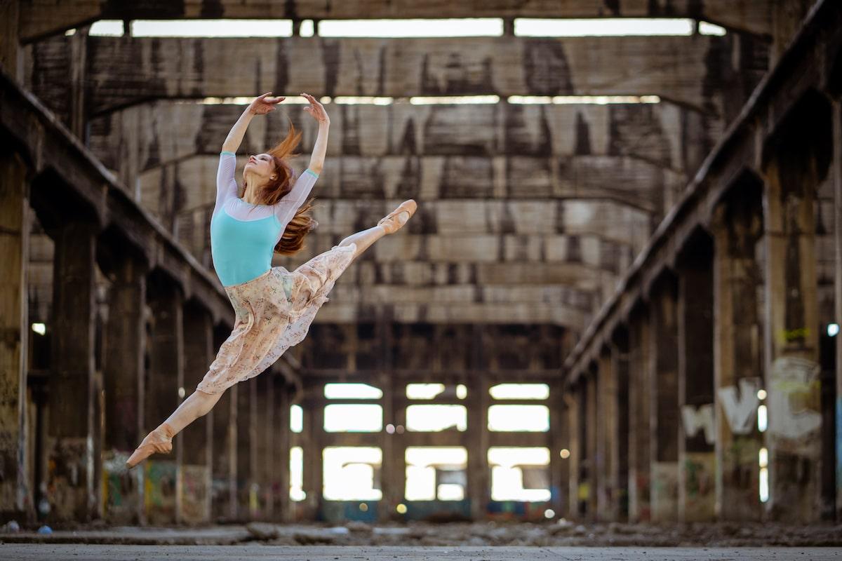 Bailarina de ballet en edificio abandonado