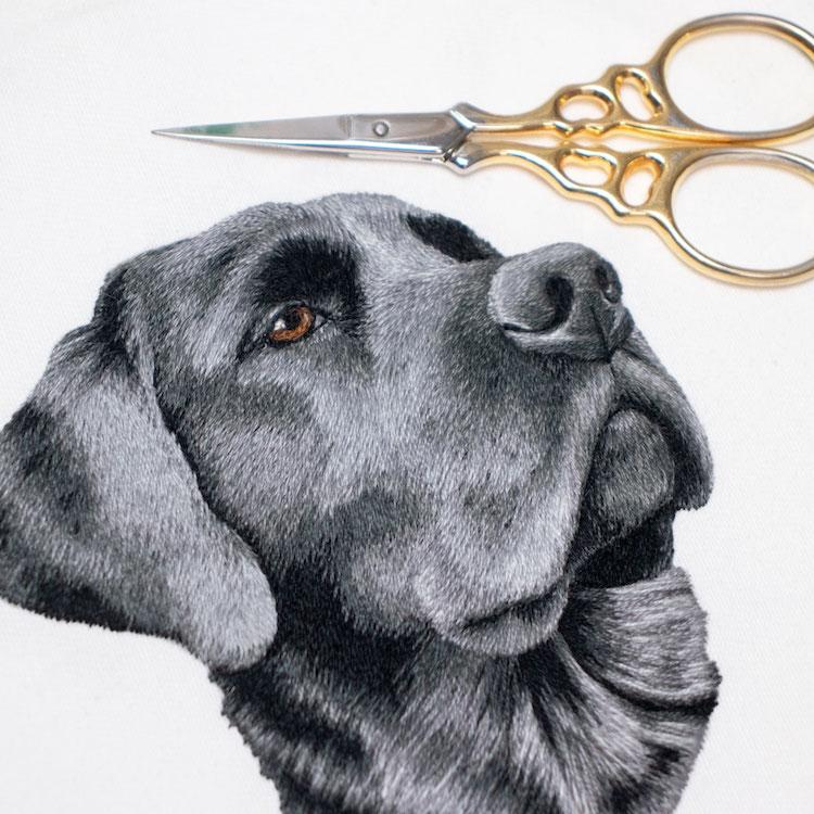 perro bordado por Michelle Staub