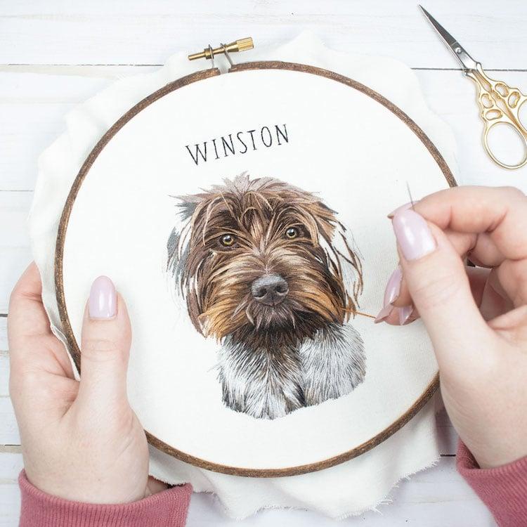 retratos bordados de mascotas por Michelle Staub