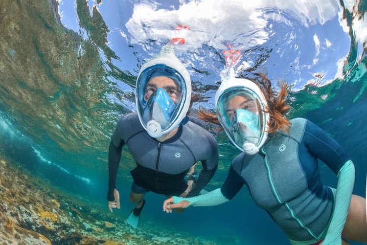 Personas haciendo snorkel con máscaras de buceo de Decathlon