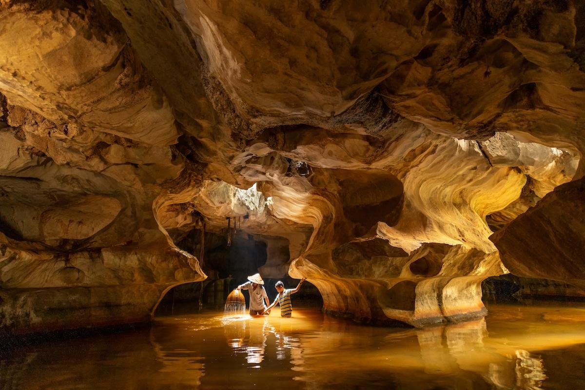 Padre e hijo pescando en una cueva de Vietnam