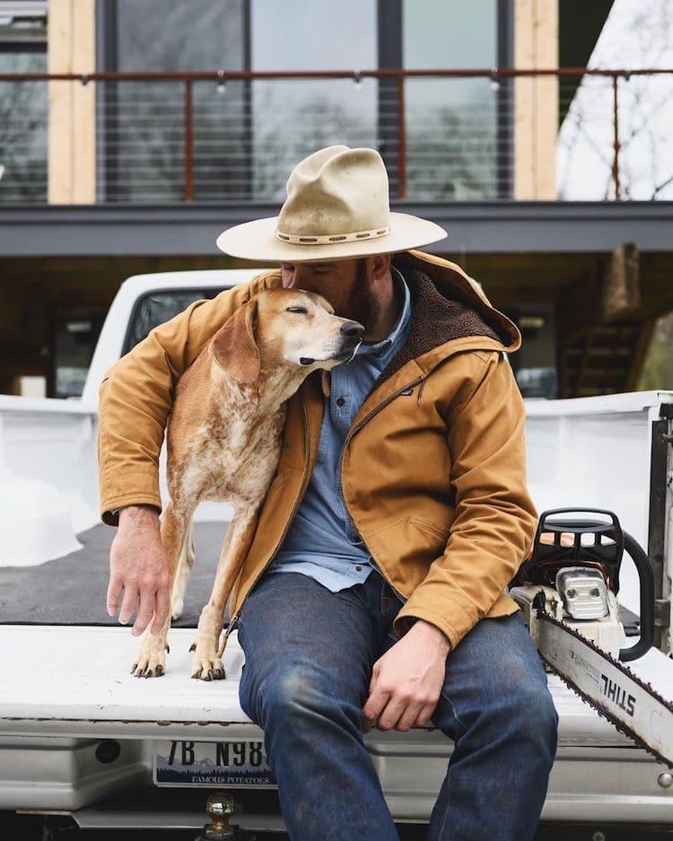 Maddie the Coonhound en la naturaleza