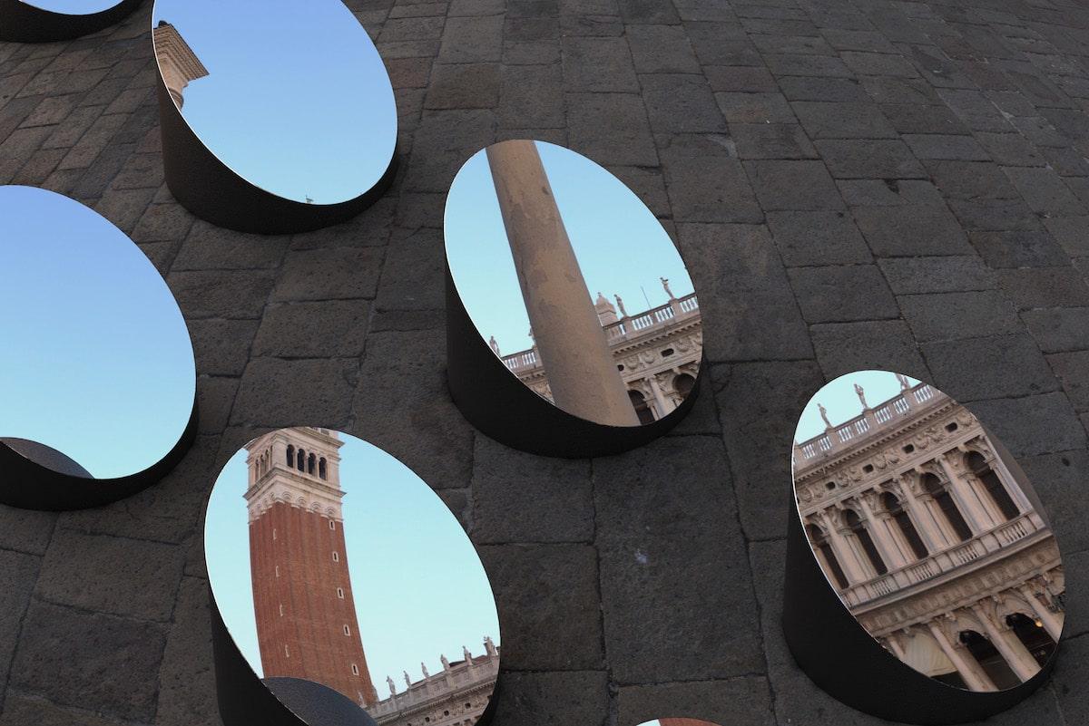Instalación con espejos reflejando monumentos de Venecia