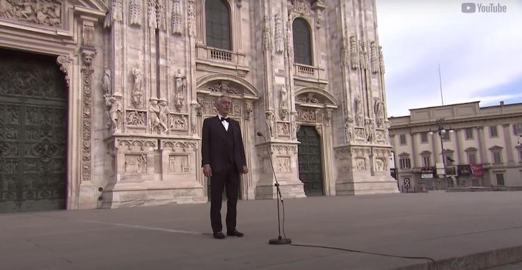 Andrea Boccelli cantando frente al Duomo de Milán