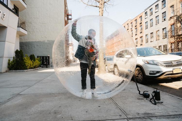 Hombre en una burbuja