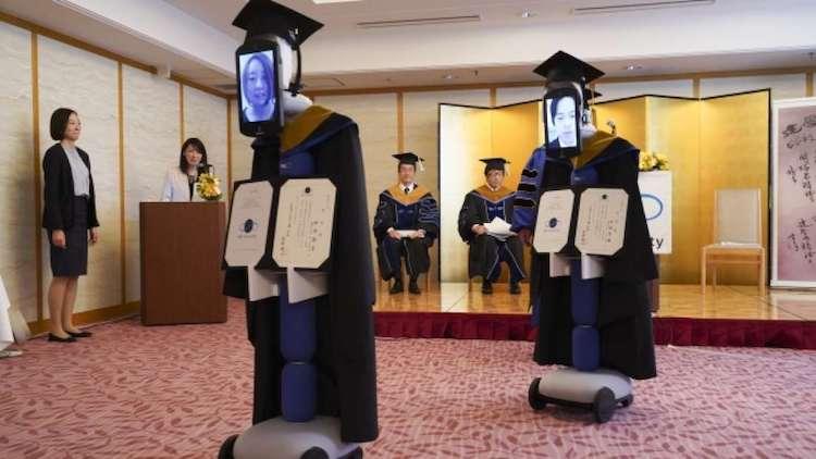 Estudiantes en Japón asisten a su ceremonia de graduación usando robots a control remoto